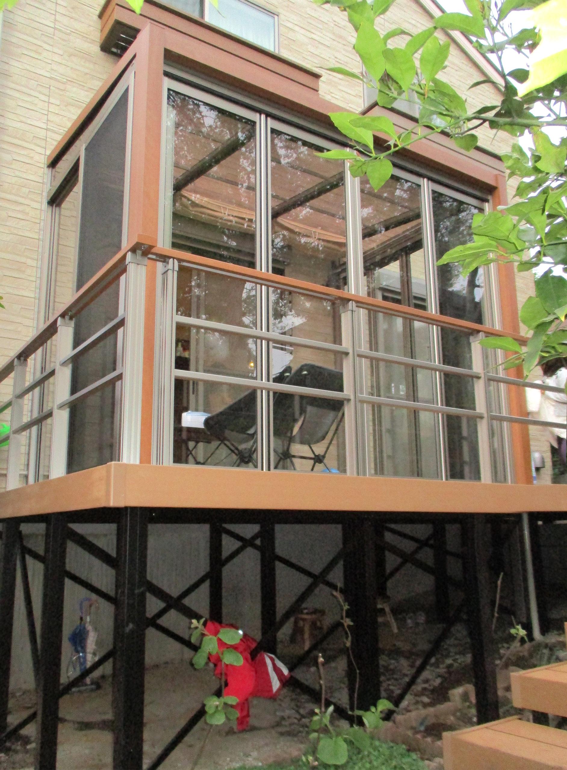 法面傾斜に設置ガーデンルーム