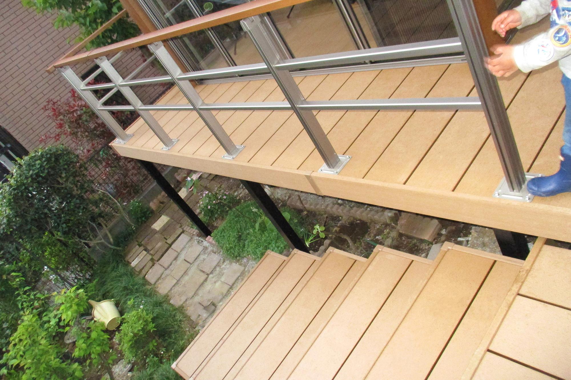 ひとと木という人工木でデッキと階段施工